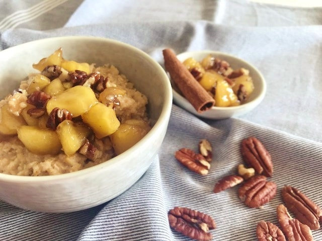 Havermout pap met gekarameliseerde appel en pecan noten