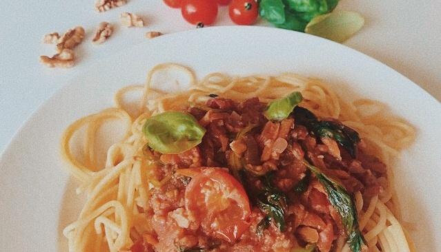 Vegan pastasaus met walnoten en spinazie
