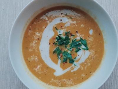 romige vegan kerrie courgette soep