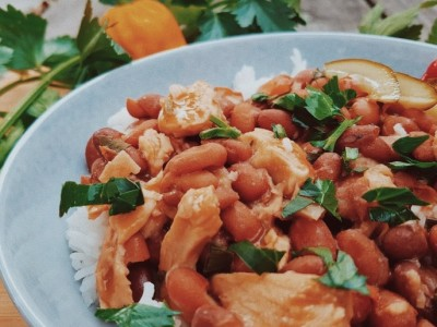 Bruine bonen met rijst en kipstuckjes