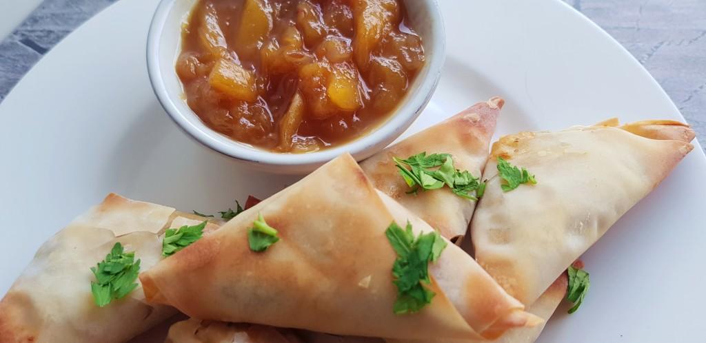 Zoete aardappel samosa met mango chutney   strongbody.nl