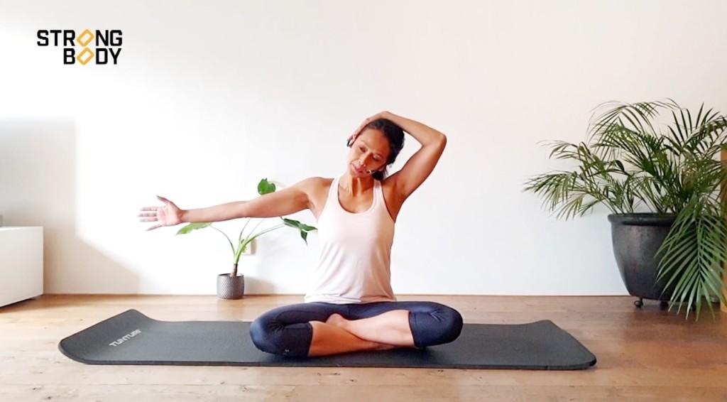 pilatesoefening voor nek en schouders
